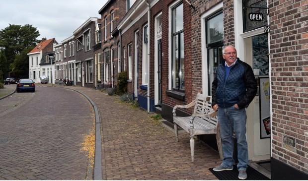 Jacob Donze voor zijn eigen Buurtmuseum aan de Hoogstraat. Hij kent de mores van de Kamperpoort.
