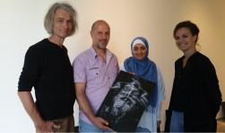 Kunstenaar-fotograaf Rehaab Al Khazraji (tweede van links) tijdens de prresentatie van zijn tentoonstelling in Villa Mondriaan FOTO: PR.