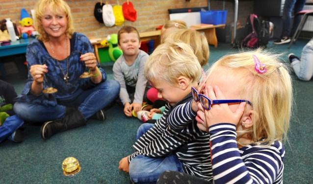 Eefje is vastbesloten: haar ogen blijven dicht tijdens de mindfulnesstraining. foto: Roel Kleinpenning