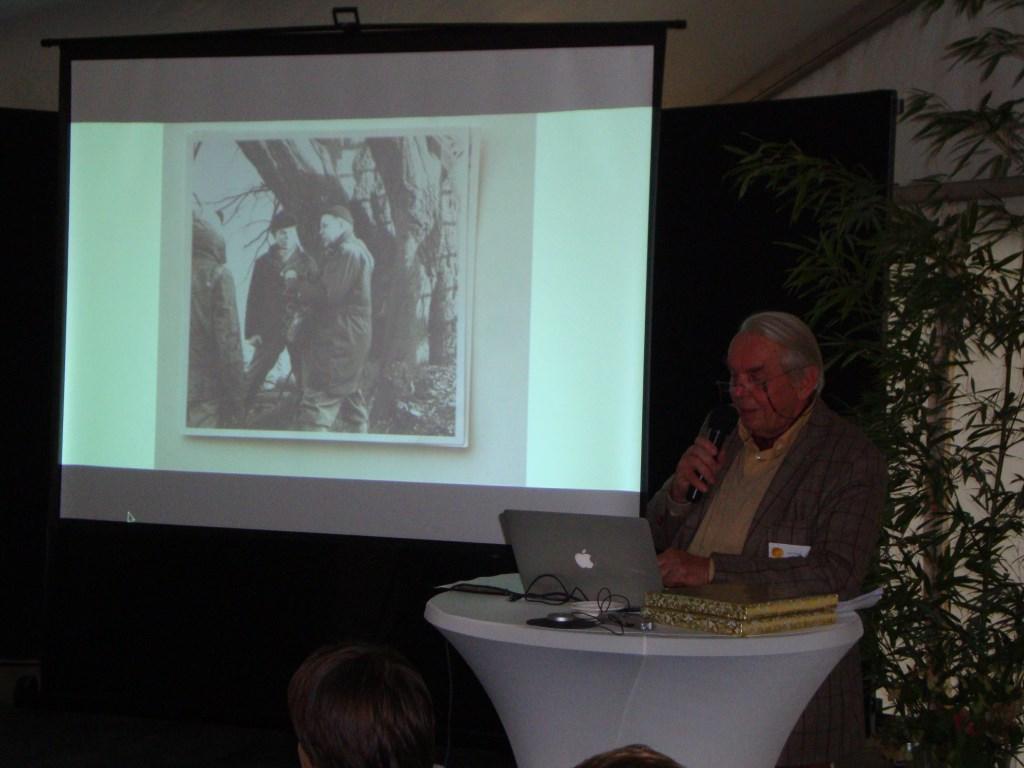 Copijn tijdens zijn toespraak waarin hij vertelde over het vak boomchirug. Op de foto staat hij met radioprogrammamaker Bert Garthoff.  © Persgroep