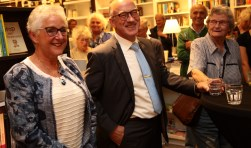 Frans en Gonny van Tilburg lezen voor bij Derijks.