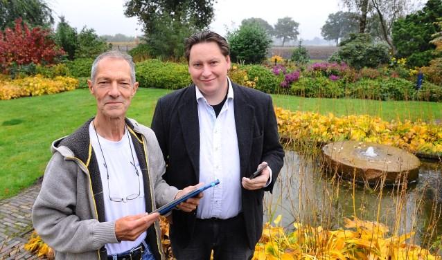 Geoff Coupe (links) en Jan-Geert Hek pleiten voor glasvezel in het buitengebied van Heelweg. (foto: Roel Kleinpenning)