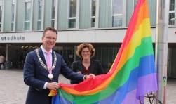 Burgemeester Van Domburg en wethouder welzijn Van Beukering hebben gisteren op Coming Out Day voor het eerst de Regenboogvlag gehesen.Foto: Lysette Verwegen