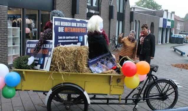 """Marijke de Kok (links) en Marijke Rijk bij de start van Metamorfose: """"Winkelcentrum Heinkenszand is altijd actief voor zijn klanten."""""""
