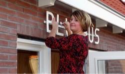 Wethouder Mourik opent het 'Blushus' (Foto: Roel van Deursen).