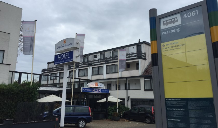 De bushalte bij de Paasberg aan de Arnhemseweg, met op de achtergrond het huidige hotel.