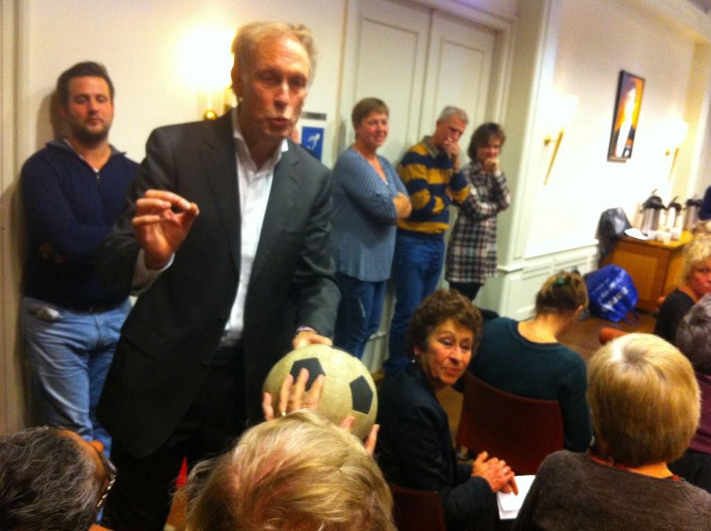 Fred Berghout overhandigd de bal letterlijk aan wethouder Warner van Vossen. Foto: Naomi Slijngard  © Persgroep