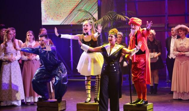 Gevoelige melodieën werden afgewisseld met humoristische songs. Het werd allemaal enthousiast ontvangen door 'de zaal', die de cast na afloop trakteerde op een ovationeel applaus. Foto: Beatriz van Lent