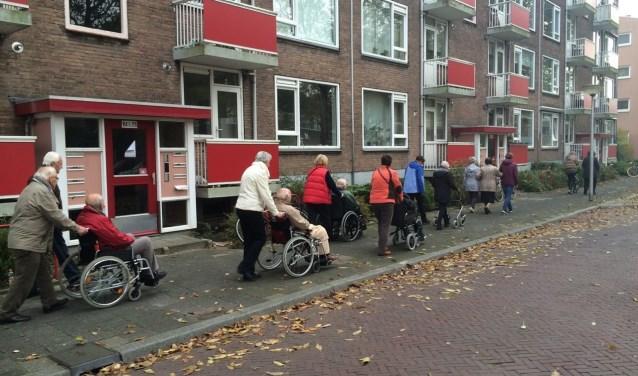 Hardloopmaatjes wandelen op dinsdag met ouderen van de Vermeertoren. Foto: Annemarie de Vries