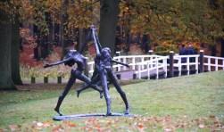 Kunstenaar Jits Bakker heeft de beelden geschonken. Ze staan op het prachtige landgoed Beerschoten.