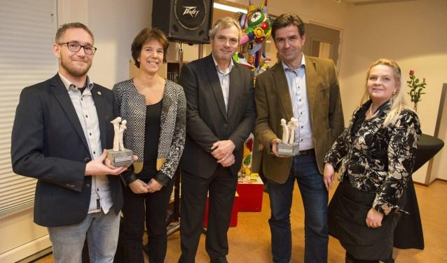 Gerben (l.) en Christiaan en Nathalie (r.) Timmer van Zilt-Bikes laten trots hun prijs zien. Foto Pr.