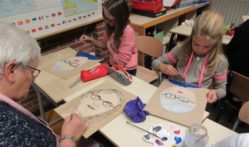 De leerlingen en senioren schilderden of tekenden elkaar en werden daarbij gecoacht door vakdocent Suzan Derksen. Foto: PR