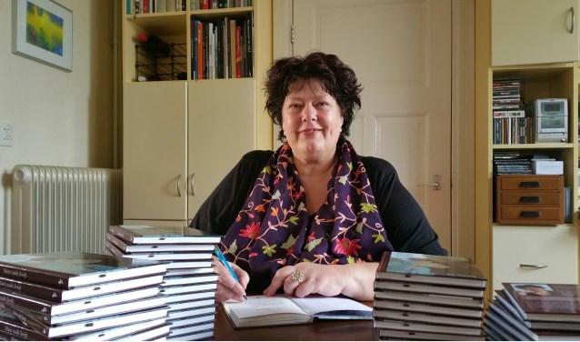 Ria Tuenter signeert haar boek Mam raakt kwijt. (foto: Gerard Mühlradt)