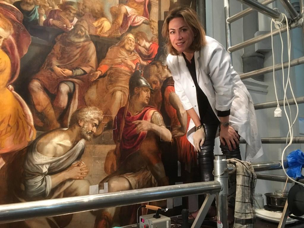 Restaurateur Patricia Ortiz op de steiger voor het paneel in de Gasthuiskapel te Gouda. (foto Simone Langeveld)