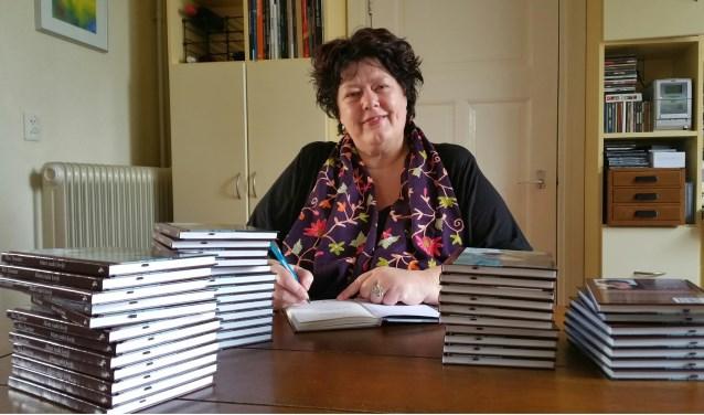 Ria Tuenter signeert haar boek 'Mam raakt kwijt'. (foto: Gerard Mühlradt fotografie)