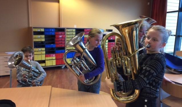 De leerlingen van de Prins Clausschool leren een instrument te bespelen, met hulp van Linfano.