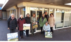 Een groep kunstenaars van De Toest voor de etalage-expositie.