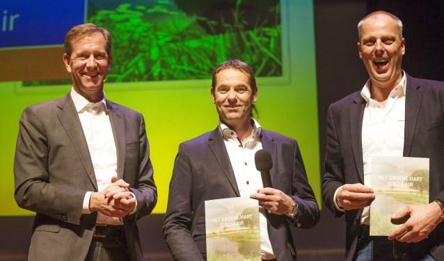 Wiebe Draijer, bestuursvoorzitter Rabobank, overhandigt het rapport officieel aan Eosta BV en Jan van Dam Transport, beiden deelnemers aan de Circular Economy Challenge. FOTO: PR Rabo Bank
