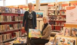 Catrien Corstens en taalvrijwilliger Marijke Verkerk zetten zich in voor Taalinloop en Taalhuis in de bibliotheek. FOTO: Lysette Verwegen