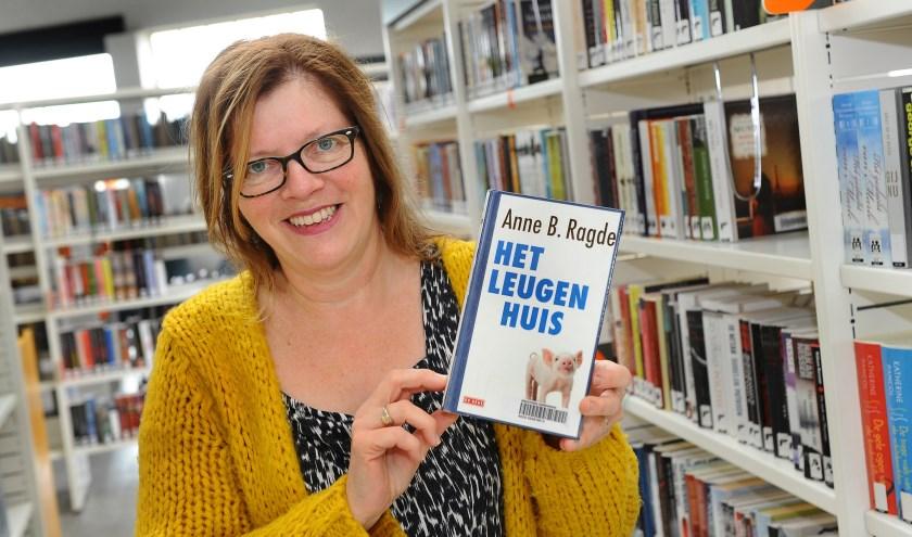 Irene Sohilait met het boek 'Het leugenhuis'. (foto: Roel Kleinpenning)