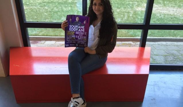 De 18-jarige Osse scholiere Chakira Haiat met de poster van het evenement.