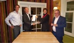 ; Batian Nieuwerth (directeur-bestuurder Volksbelang), Jos Bleijenberg (voorzitter RvC Volksbelang), Tineke Booi (voorzitter RvC Viveste) , Frans Jozef Snoeks (directeur-bestuurder Viveste).