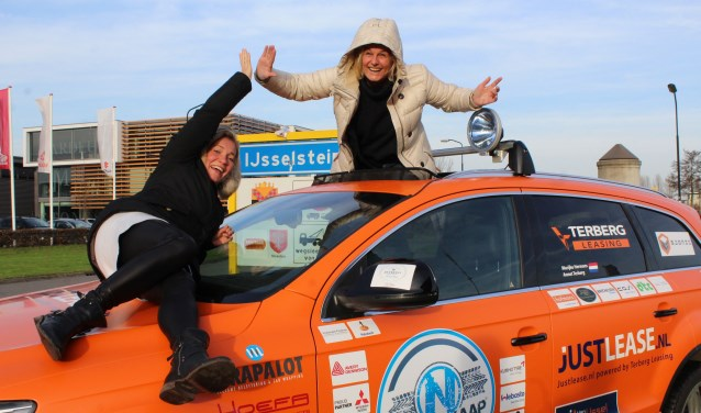 Marijke Hermans en Annet Terberg popelen om de Noordkaap Challenge te beginnen. Mede mogelijk dankzij de sponsors op hun website. FOTO:Lysette Verwegen
