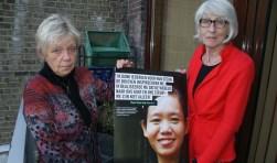 Ineke Nieuwstraten(links) en Ada Pellaerts laten de poster zien met het verhaal van Phyoe Phyoe Aung uit Myanmar, die werd vrijgelaten na de vele brieven die vorig jaar werden geschreven voor haar vrijlating. (Foto: Peter Spek)