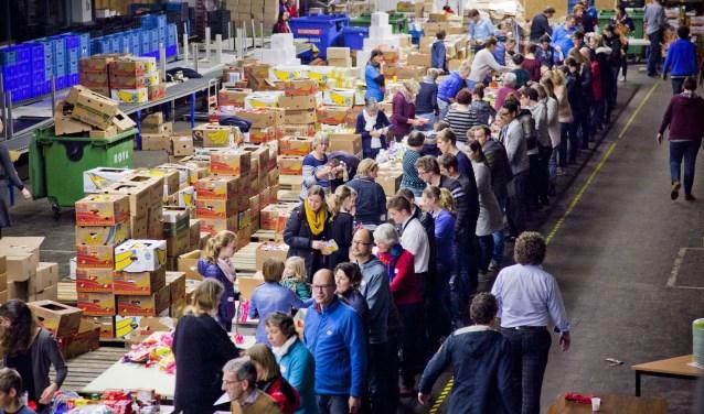Zwolle aan het werk met kerstpakketten. Vorig jaar werden er ruim zeventienhonderd pakketten afgeleverd, dit jaar groeit het aantal boven de tweeduizend. ( Foto: Elvado Fotografie)