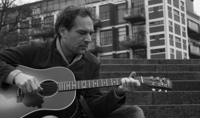 Jasper Slaghuis is één van de vier muzikanten dat dit meezingfeestje organiseert. De Sing-a-long begint donderdag om 19.30 uur.