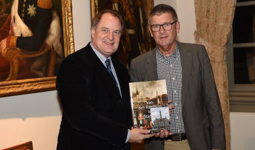 Het eerste exemplaar van het boek werd door auteur Henk Henkes uitgereikt aan de wethouder van Cultuur, de heer Huib van Olden.