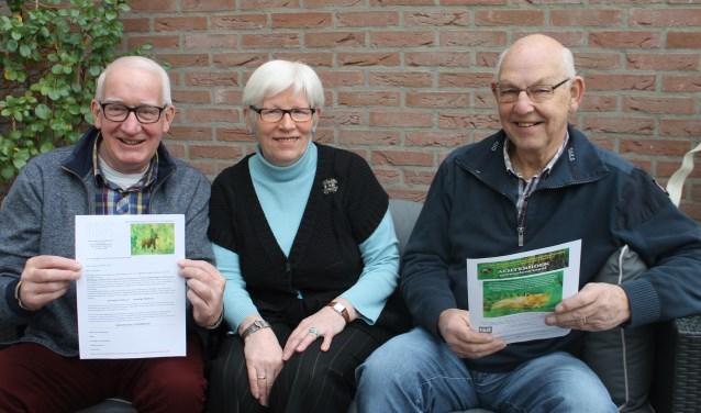 Vlnr: Henk Blikman (penningmeester), Ina van Eerden (voorzitter) en Henk Heinen (bestuurslid) van de Maatschappij tot Nut van 't Algemeen tonen de uitnodiging voor de vrijwilligersavond.