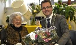 Jo van Dortmont-de Wijs werd gefeliciteerd door wethouder Matthijs van Oosten