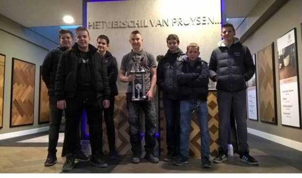 De leerlingen van 't Willem met Mika Stevens die hoge ogen gooit bij het leggen van parketvloeren voor Pruysen Parket