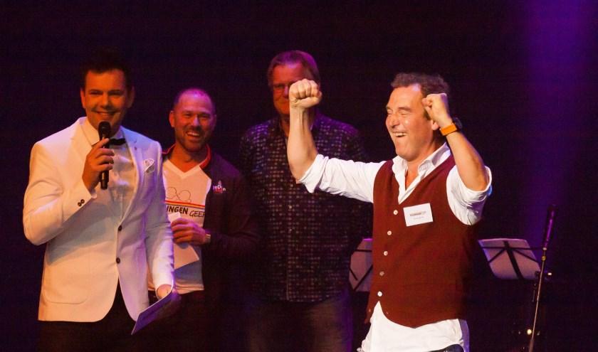Dave van der Wal (presentator) en Bert Hessel, Sjaak van Steenbergen. Ilco van der Bie van Vlaardingen Geeft (Foto: Omnia)