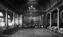 De grote zaal van Hotel Britannia in de jaren dertig. (Foto: Collectie Gemeentearchief Vlissingen)