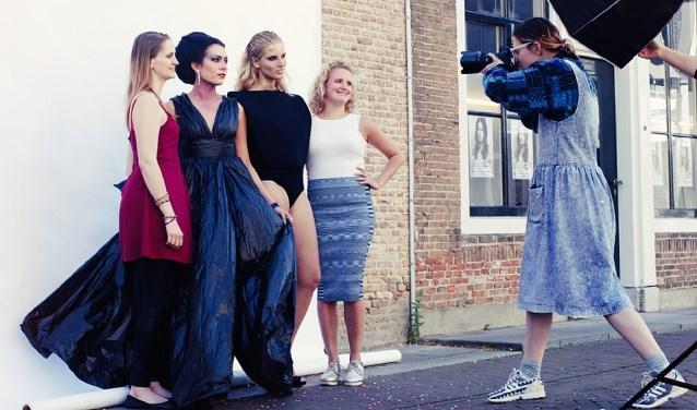 Links op de foto: Melanie Groenendijk met haar model Empress of Rubbish, Rechts op de foto: Sanne Künzel met haar model Stay Gold Uiterst rechts fotografe Bianca Toeps, druk aan het werk.