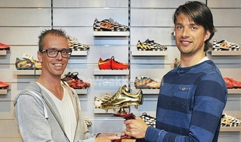 Rick Benerink (links) overhandigt de Gouden Schoen en een cadeaubon aan Alan Hermsen van VV Terborg. foto: Roel Kleinpenning