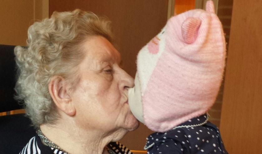 De moeder van Ria Tuenter met Popje. (foto: PR)