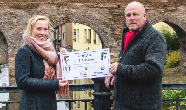 Rjimke Sipma en Willem Schoolderman met de cheque die het drukken van de lesboeken Little by little mogelijk maakt.