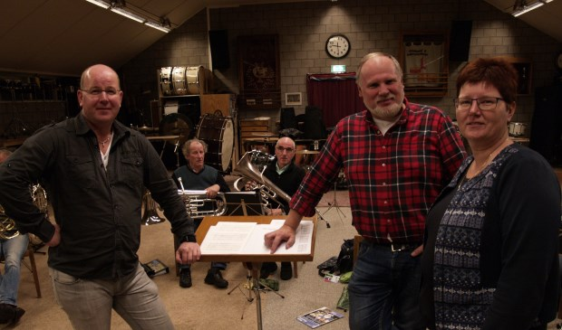 André van Huizen (tweede van rechts) is de nieuwe dirigent van de Hilgeländer Musikanten. Hij neemt het stokje over van John Wagenvoort. Uiterst rechts Kitty Koldewey. Foto: PR