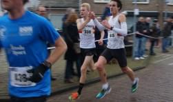 Beeld van de Goese Wallenloop van januari van vorig jaar: de ex-aequowinnaars Tim Van de Velde (links) en Maarten Denys (rechts), uit Duffel-België. (Foto: Huib Boogert).