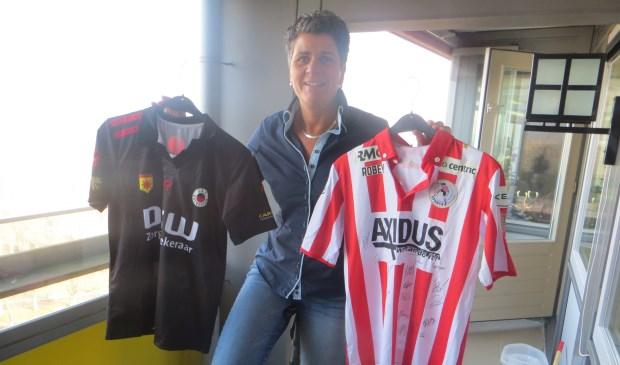 Om het sponsorbedrag voor de Tour du ALS binnen te halen, verkoopt Patricia Veen onder meer originele wedstrijdshirts van Rotterdamse voetbalclubs. (foto: Willeke Havenaar)