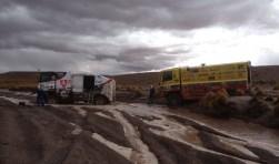 Een etmaal nadat de meeste trucks de achtste etappe van de Dakar Rally hebben afgerond, staat de Rainbow-truck nog op de proef in Bolivia. foto: Riwald Fast Assistance