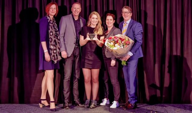 Gert-Jan ten Klei, Sharon Wurms en Annemiek van Zwol hebben de Inspiratie Award ontvangen uit handen van Annette Dales, algemeen directeur Multicopy Nederland (uiterst links), en Johan Gansner, Directeur Franchise Support (uiterst rechts op de foto) Foto: Robert Aarts