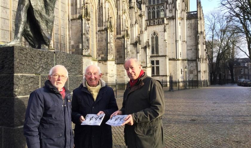 Links Bert Verbruggen auteur fotoboek Biedt zijn eerste boek aan de bedenkers van de gootloop Midden Herman Lerou en rechts Toine v. Driel