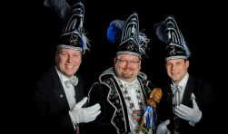 Stadsprins Joost Vollenbroek met zijn adjudanten Harry Bal en Niek van der Zande. Foto: Christian van der Meij