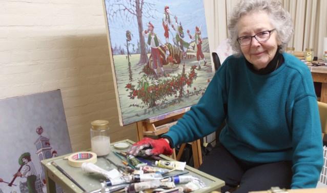 Ans Wilbers met een van de schilderijen uit de serie waarin de spelers van de Commedia dell'arte een hoofdrol spelen in de symboliek.  FOTO: Lysette Verwegen