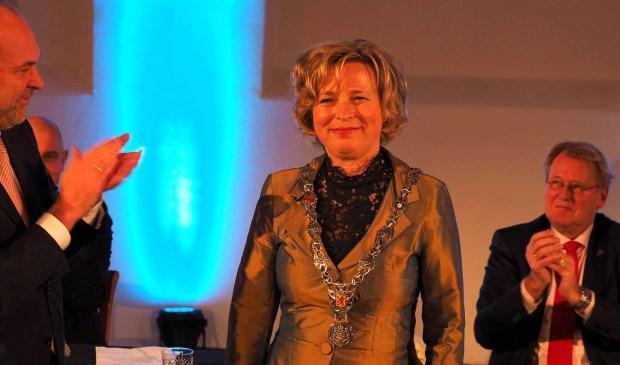 Bert Blase heeft net de ambtsketen over gedragen aan Annemiek Jetten. (Foto: Cees Groen)