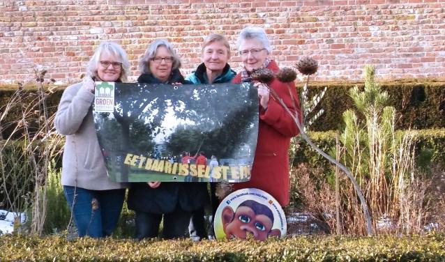 Het bestuur, Clarie van de Langenberg en Welmoed Osinga, en twee vrijwilligers van de tuinhulpgroep, Ria Mocking en Merian Cruijsen. FOTO: Pulse